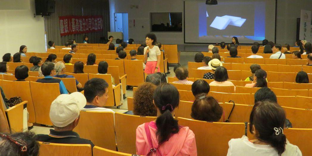 譚敦慈老師妙語如珠、親和力十足,整場演講笑聲不斷。 李福忠/攝影