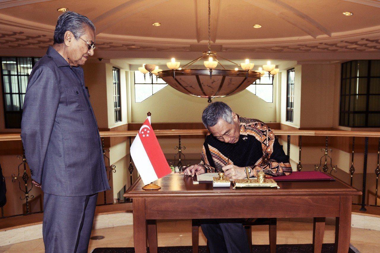 马来西亚大选后变天,选后李显龙虽立即会见马哈迪,但显然无法说服他取消高铁计划的心...