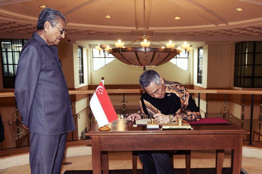 馬來西亞大選後變天,選後李顯龍雖立即會見馬哈迪,但顯然無法說服他取消高鐵計畫的心...