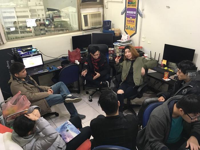 團隊正在新辦公地點開會討論。陳任軒承認,因為經驗和資金的不足,《螢幕判官》在很多...