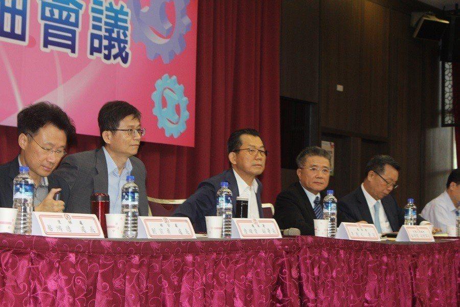 工總5日舉行領袖會議,環保署長李應元(左三)親自出席,聽取工總提出的相關建言。(...