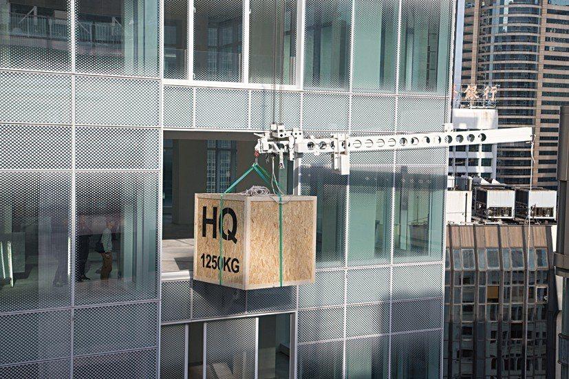 懸吊系統可以直接吊起作品,透過開闔的玻璃牆送至各層。這對租用老大樓作展示空間的畫...