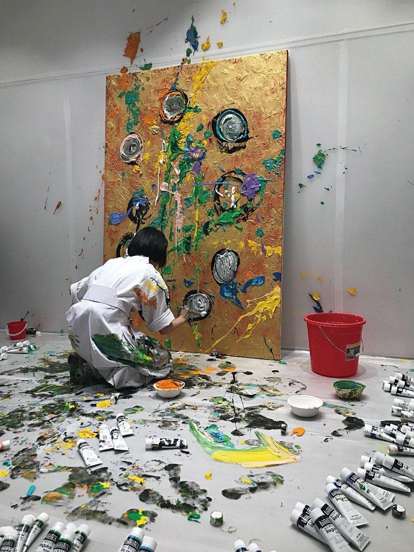 圖為之前在台灣爆紅的小松美羽,於一樓POPUP空間進行現地創作。該空間今年度的規...