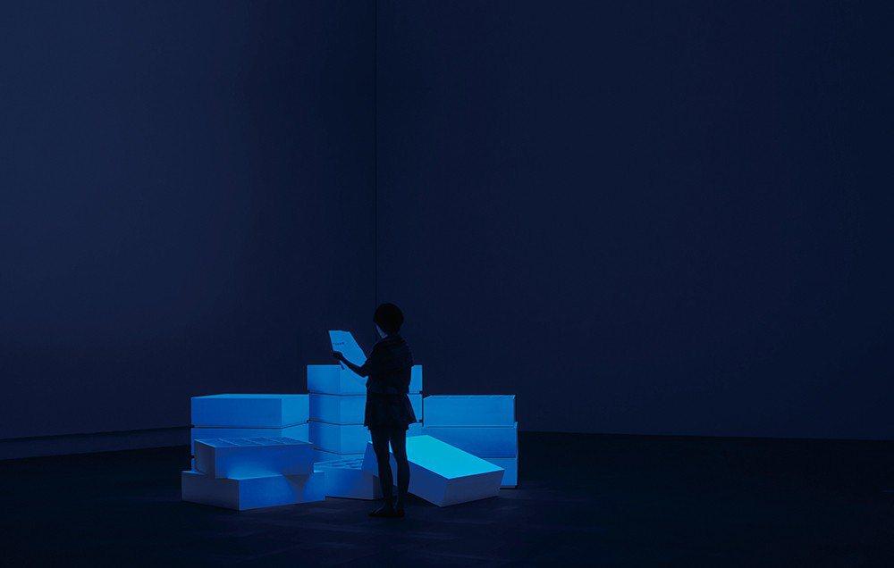 《虹牌油漆》的計劃裡,美術館的牆面標準色「百合白」或「白」成為藝術家在展覽空間的...