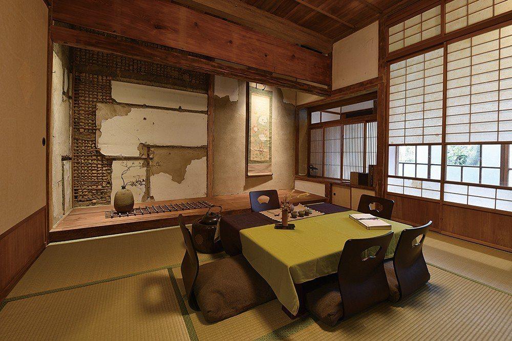 原客廳改成的茶室,可容納8人。斑駁牆面的左半邊可見過往安裝櫃子的痕跡。右半邊的掛...