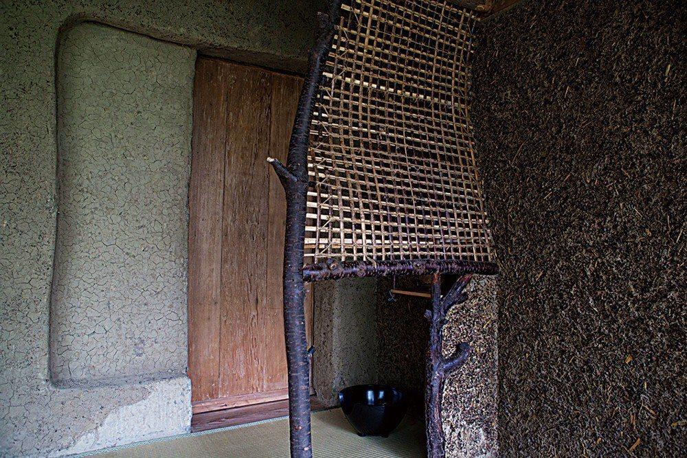 茶道教室的空間。僅3張榻榻米,和千利休主張的窄小茶席一致。旁邊除了有用茶作成三種...