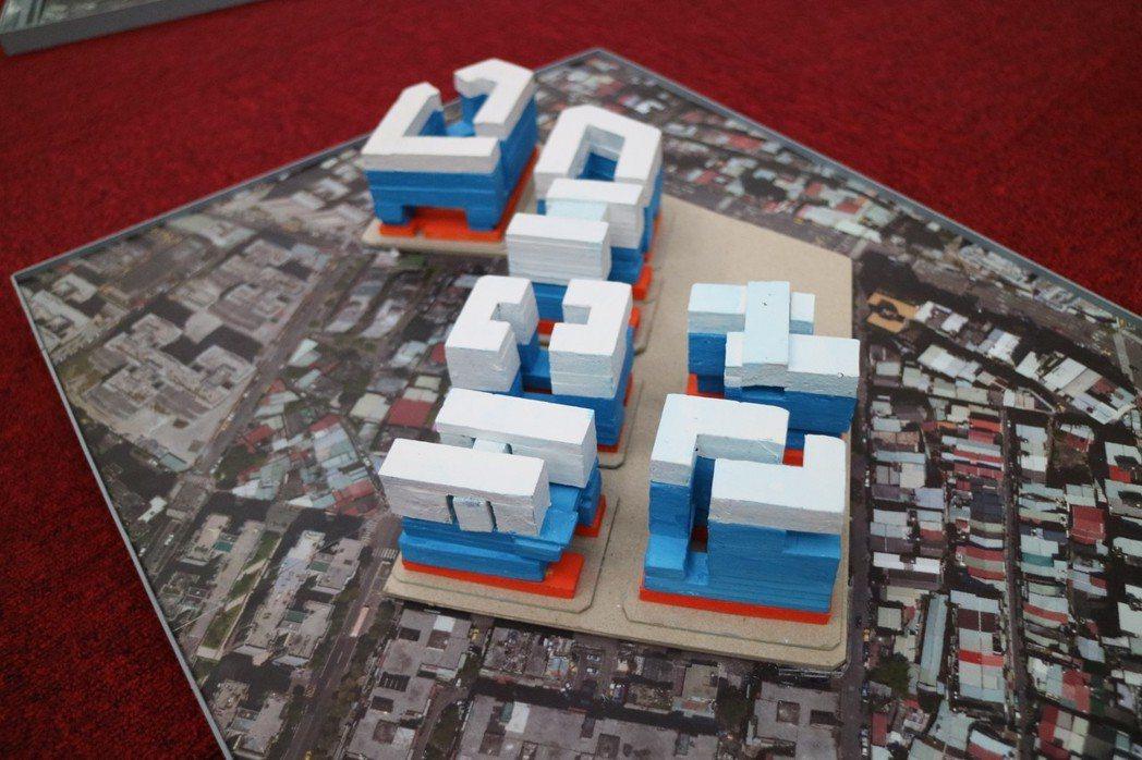 北市府公共住宅委員會上擺出南機場整宅公辦都更模型。圖/報系資料照