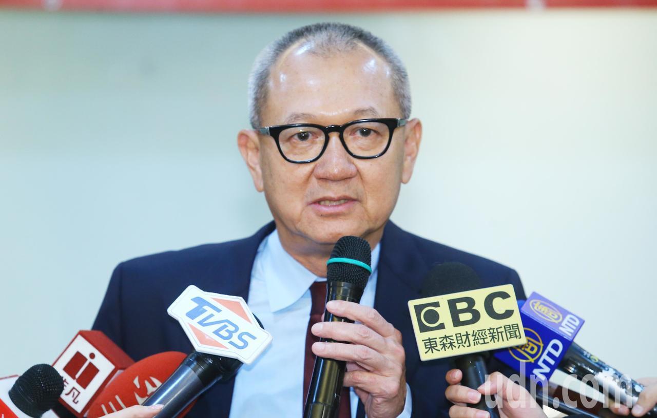 國巨董事長陳泰銘(圖)上午在股東會後受訪時表示,目前訂單依舊大於產能,還是處於配...