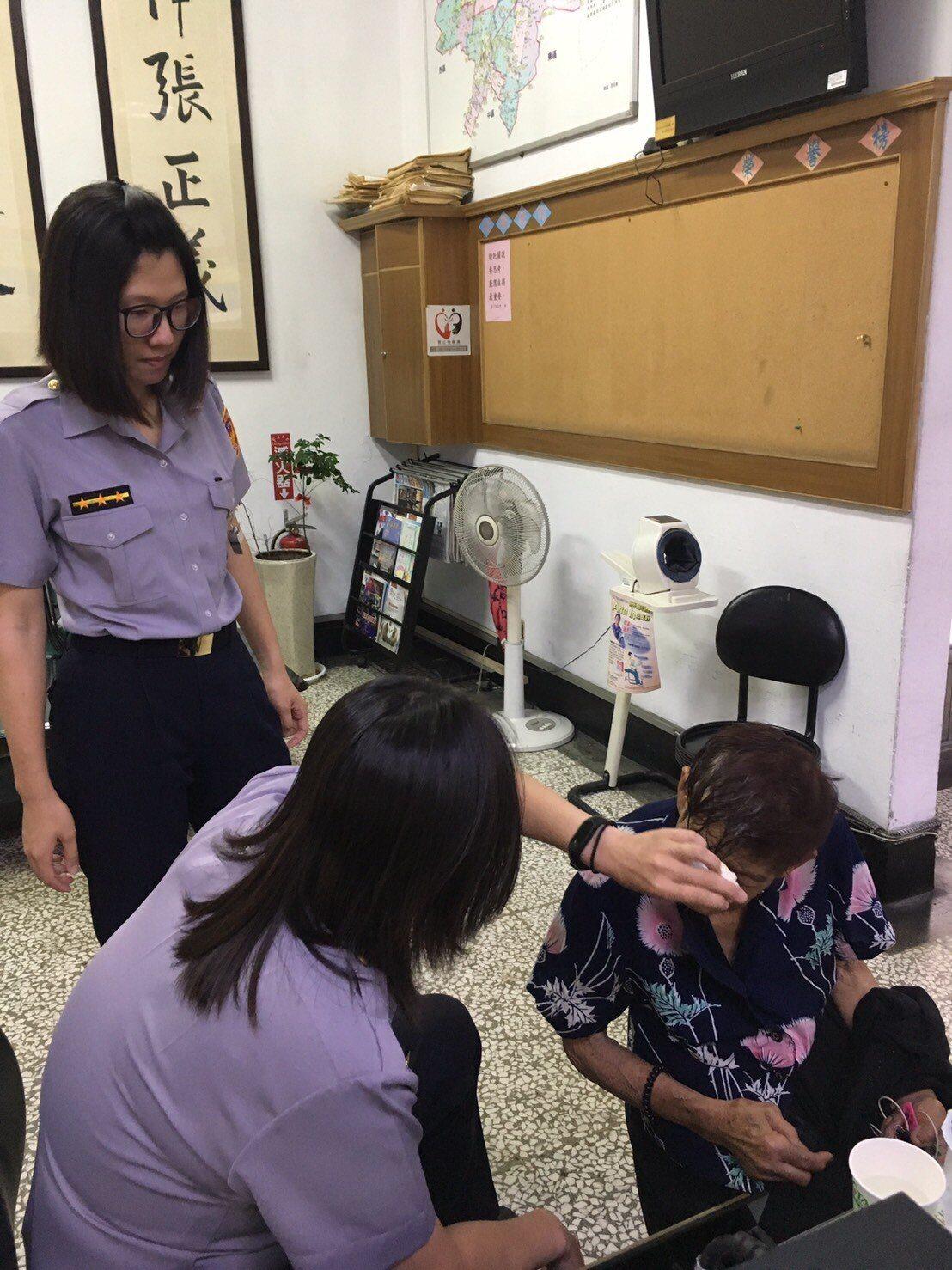 一中鳥蛋阿嬤頭髮濕,哭著走進派出所,女警為她擦乾髮。記者游振昇/翻攝