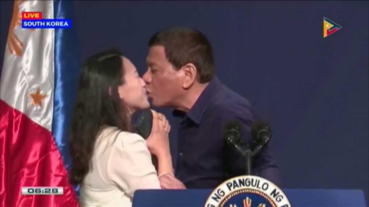 正在南韓的菲律賓總統杜特蒂3日在首爾參加僑民與海外移工與會的場合時,公然向一名人...