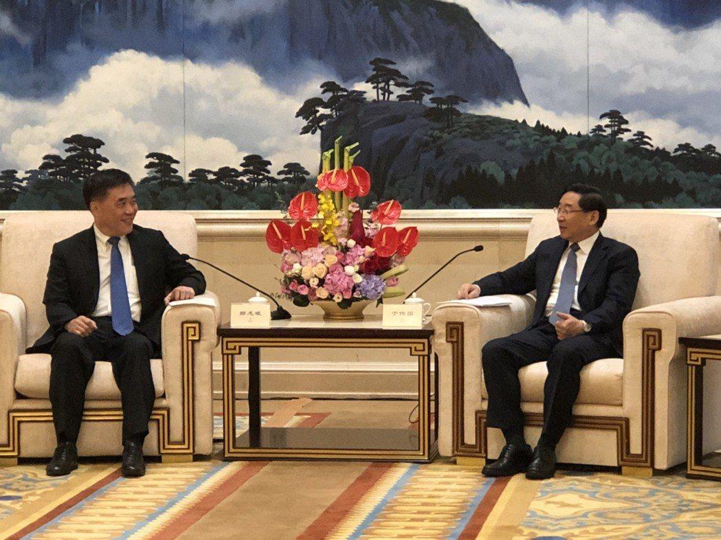 中國國民黨副主席郝龍斌(左)會見福建省委書記于偉國(右)。郝龍斌辦公室 / 提供