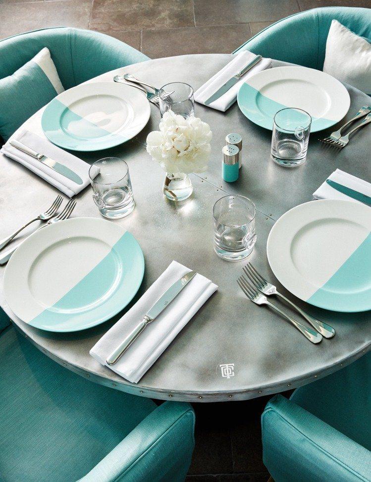 Blue Box Cafe以工業風主題裝璜搭配以「Tiffany Blue」打造...