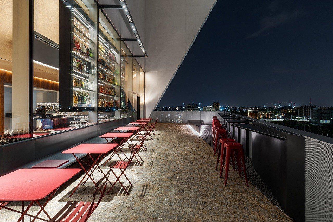 佔地125平方公尺的戶外空間則分為可容納20人的小酒館餐廳以及酒吧。圖/PRAD...