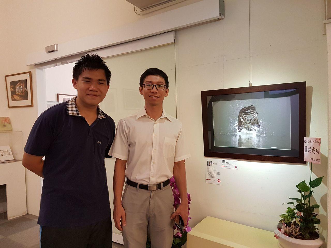 新化高中楊子誼(左)年紀輕輕已是資深拍鳥人。圖/黃蜀婷提供