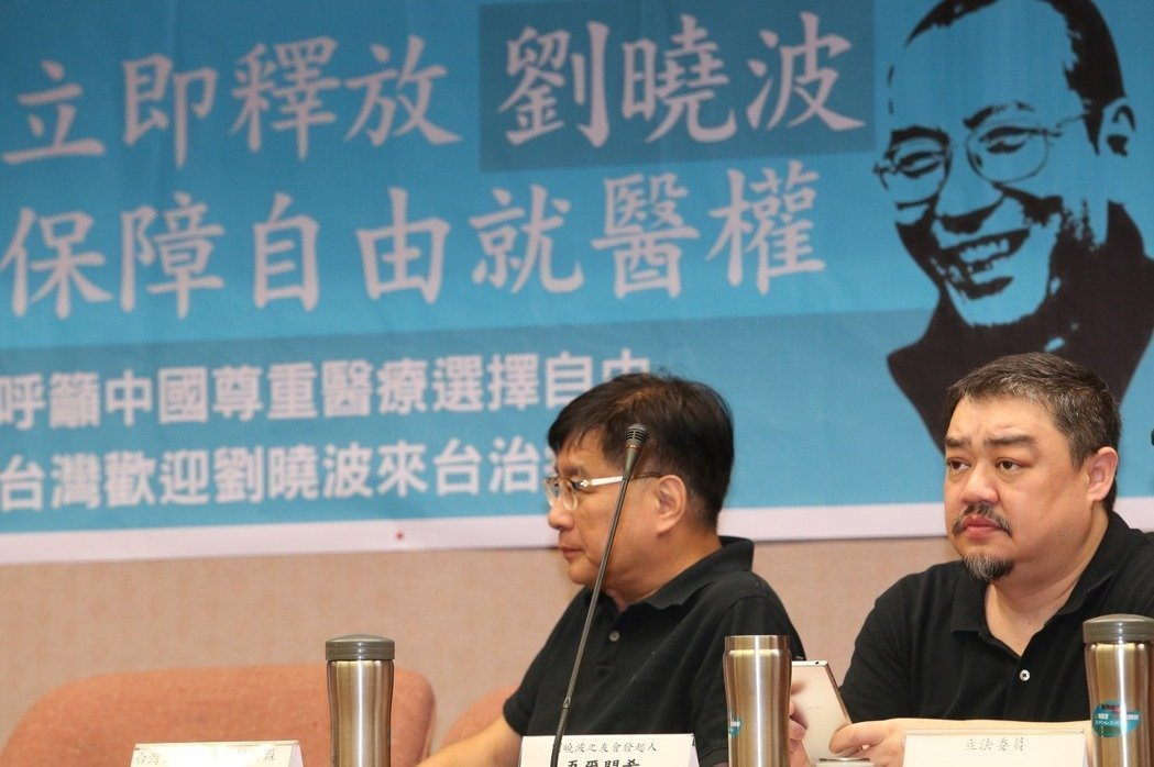 吾爾開希(右)去年呼籲中共當局釋放諾貝爾獎得主劉曉波。圖/報系資料照