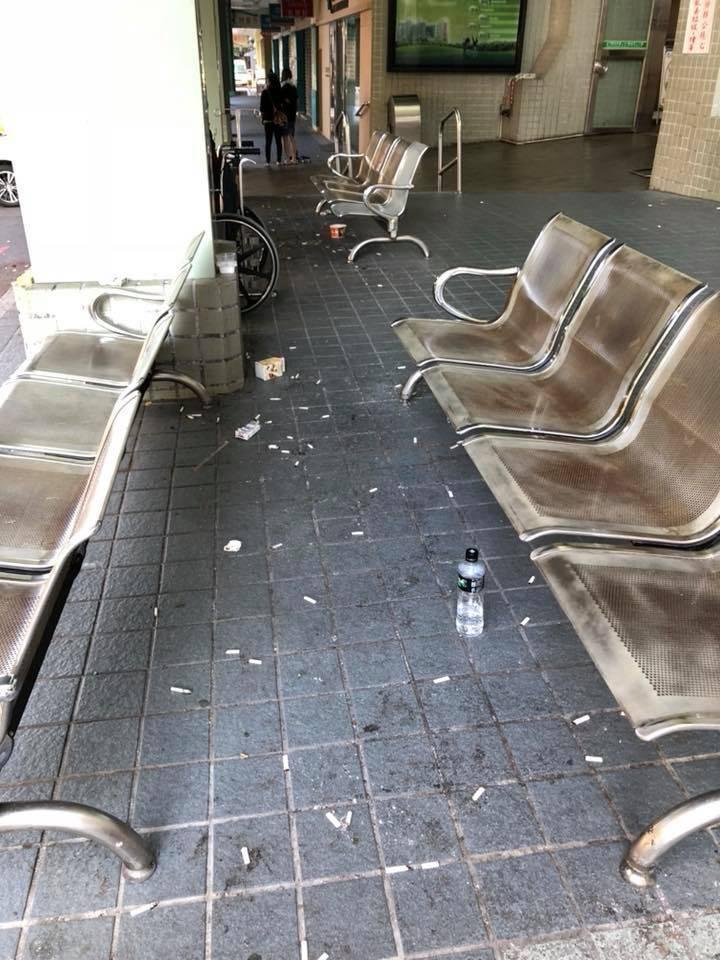 醫院門外的休息區都是民眾抽菸後丟的菸蒂。圖/彰化醫界聯盟提供