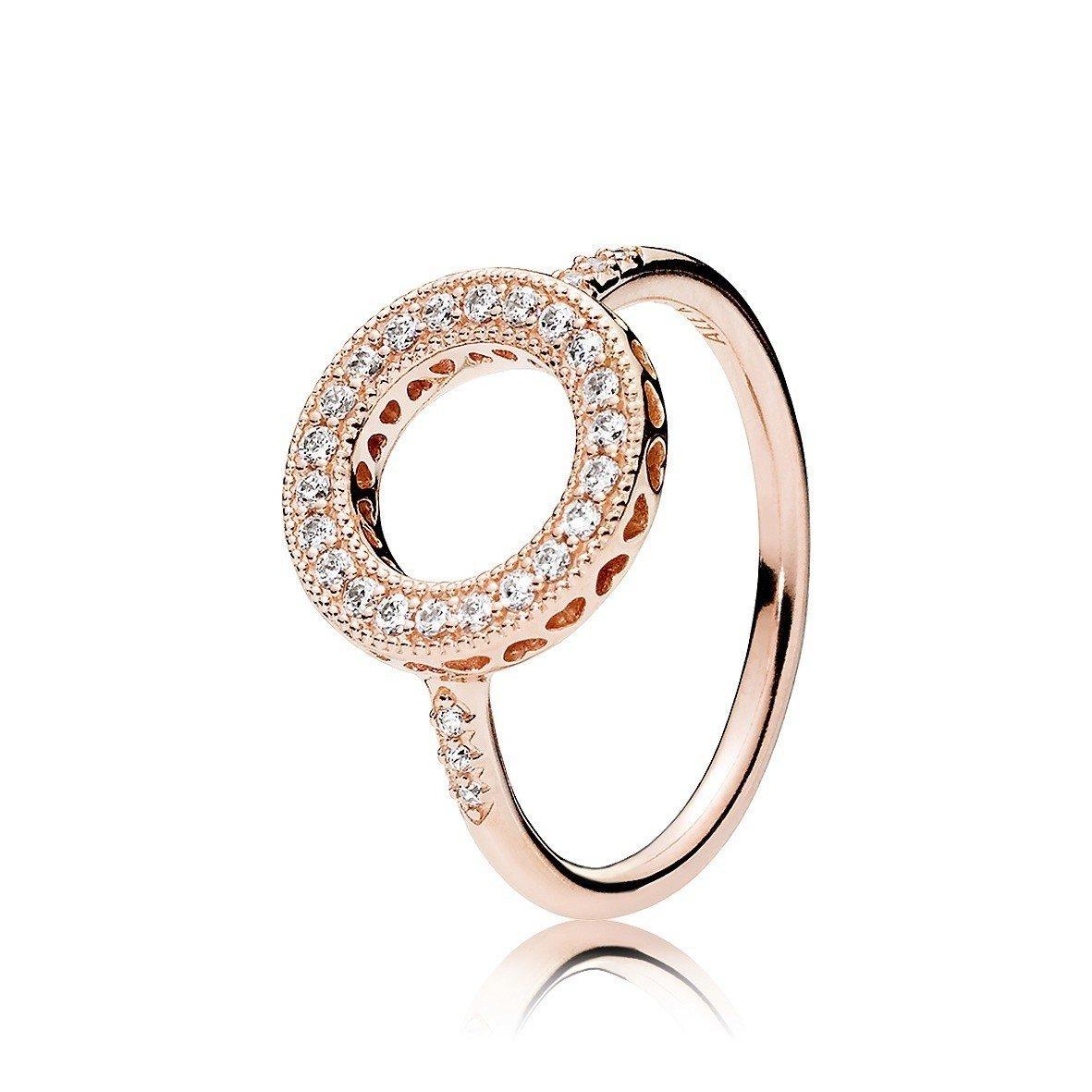 PANDORA Rose 鏤空心形鋯石圓圈戒指,3,880元。圖/PANDORA...