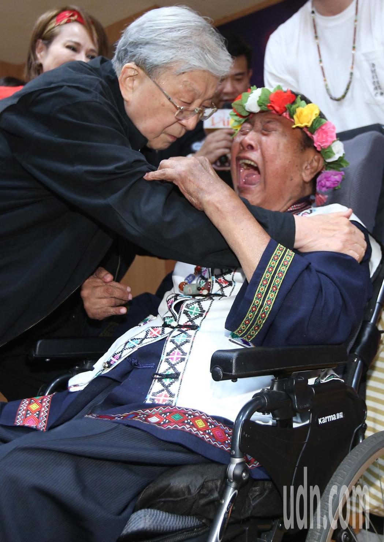 愛傳承關懷演唱會記者會下午舉行,中風多年的歌手萬沙浪(右)見到五十年未見的導演李...