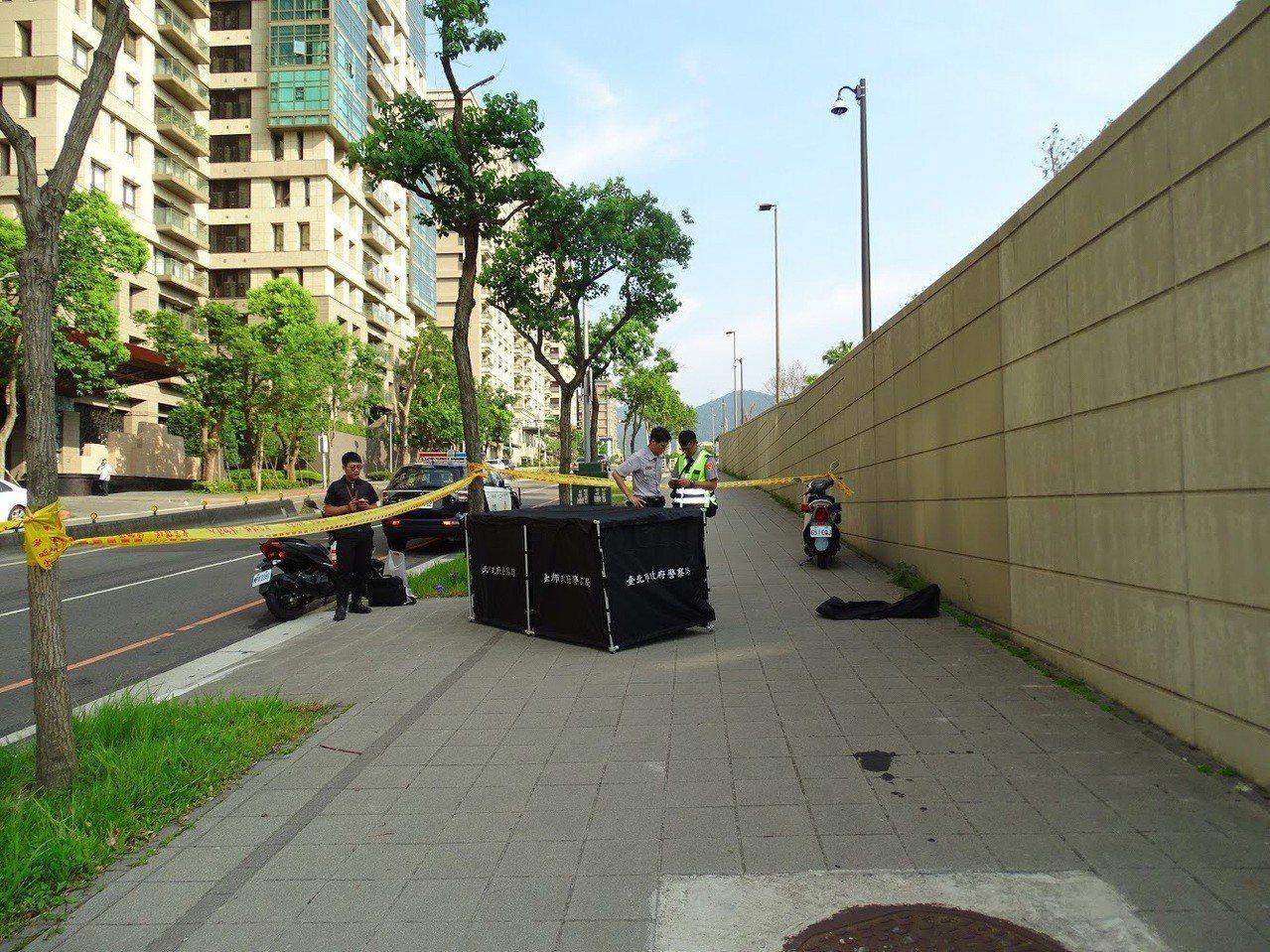 張姓男子被發現猝死在美國在台協會新館前人行道,警方查出身分是台北市內湖區前區長。...