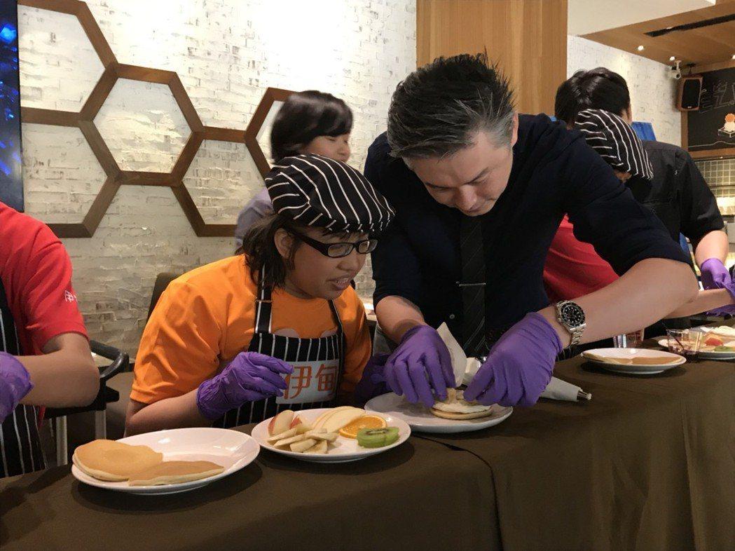 36歲的胡心怡(左)一直想成為甜點師傅,與異人館合作今到店裡擔任一日甜點師。記者...