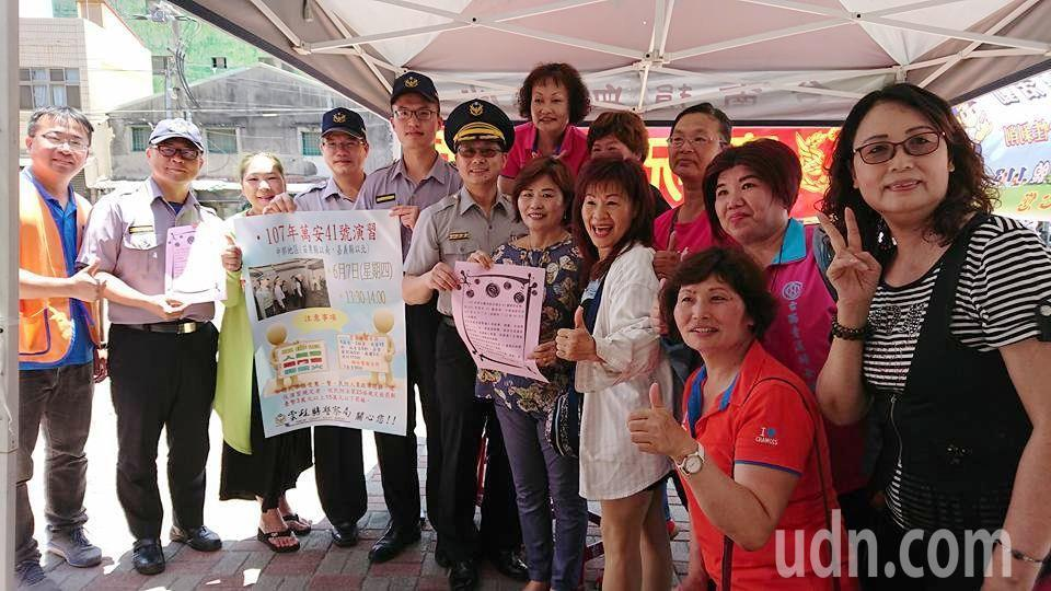 台西分局長蘇保安感謝警員家眷辛苦拍片,並親自上街為短片宣傳。記者蔡維斌/攝影