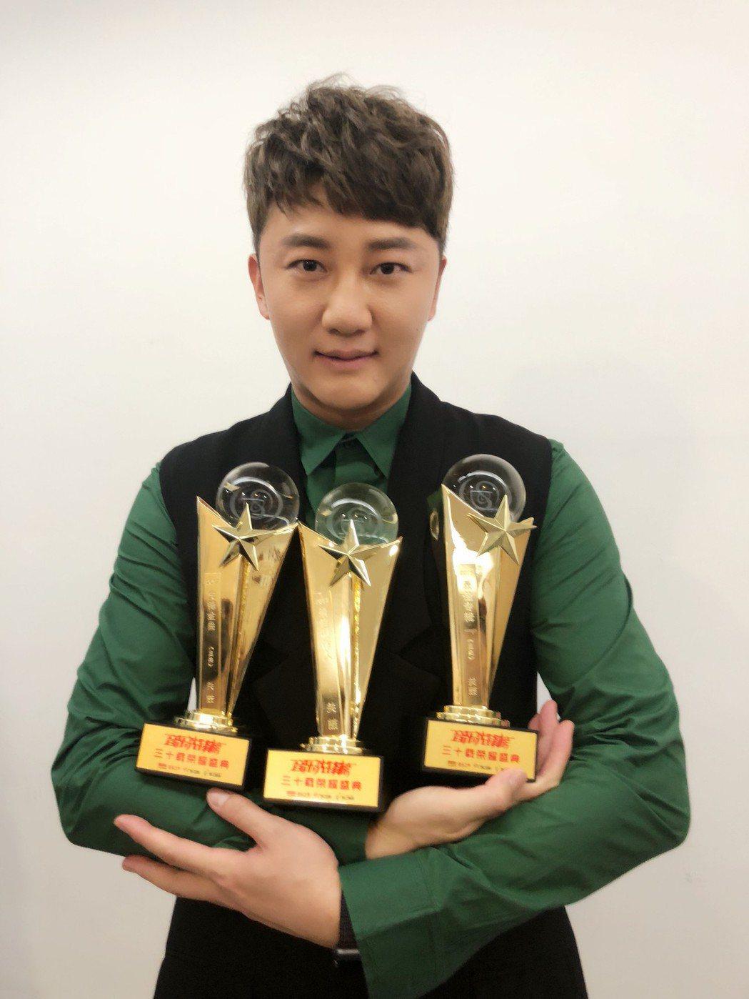 關喆在「音樂先鋒榜三十載榮耀盛典」奪3大獎。圖/華納提供