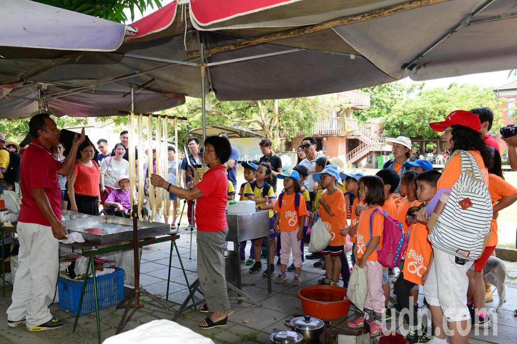 糖蔥達人陳恆雄(左一)指導師生拉糖蔥,師生學習樂趣多。記者謝進盛/攝影