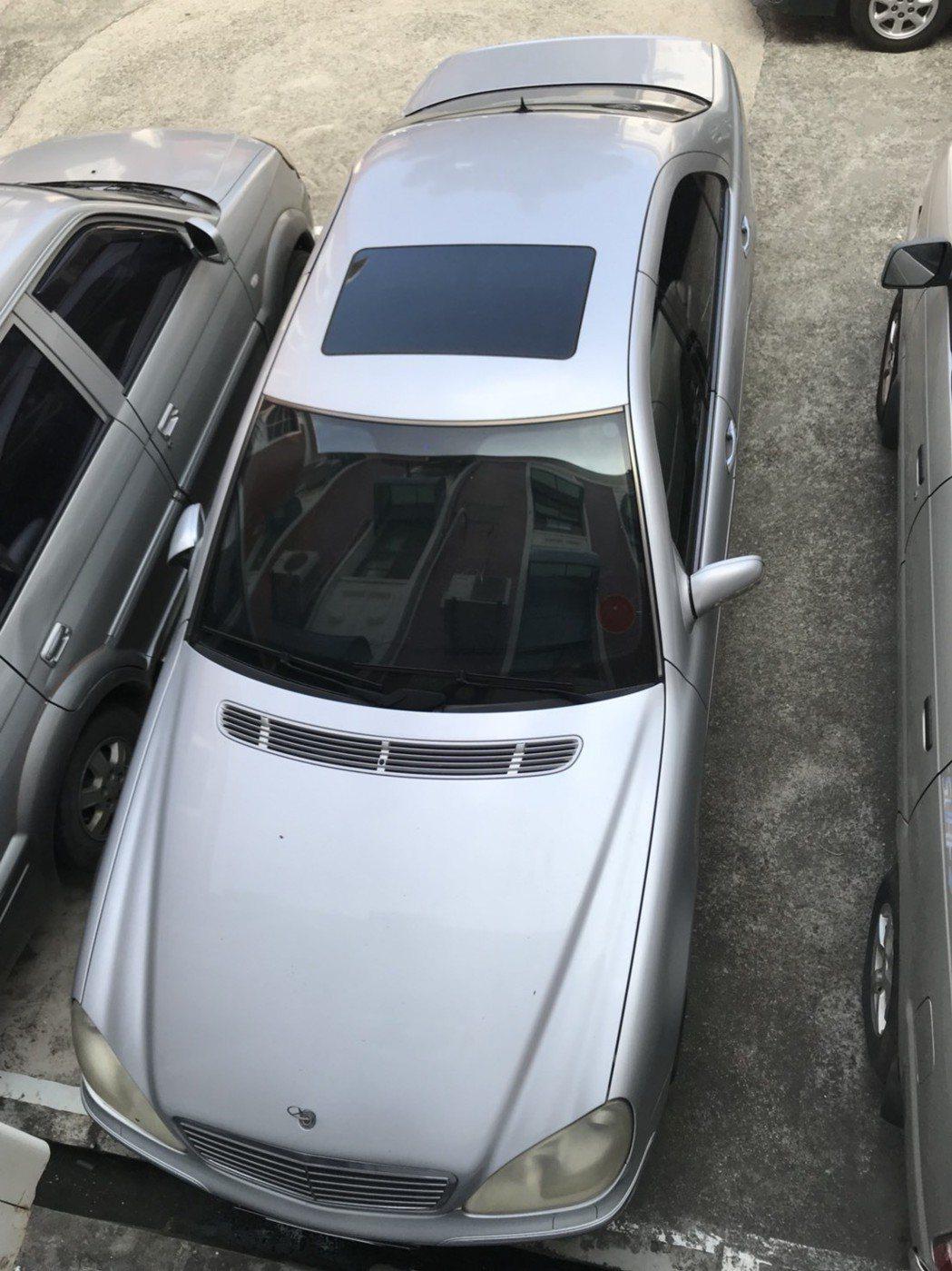 賓士S320積欠45萬餘元的稅費與罰鍰,得標民眾仍須繳清。圖/台南分署提供