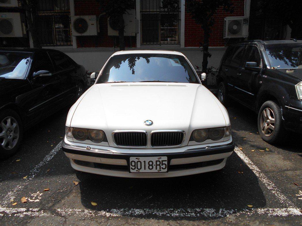 BMW大7這次因訂有底價而流標。圖/台南分署提供