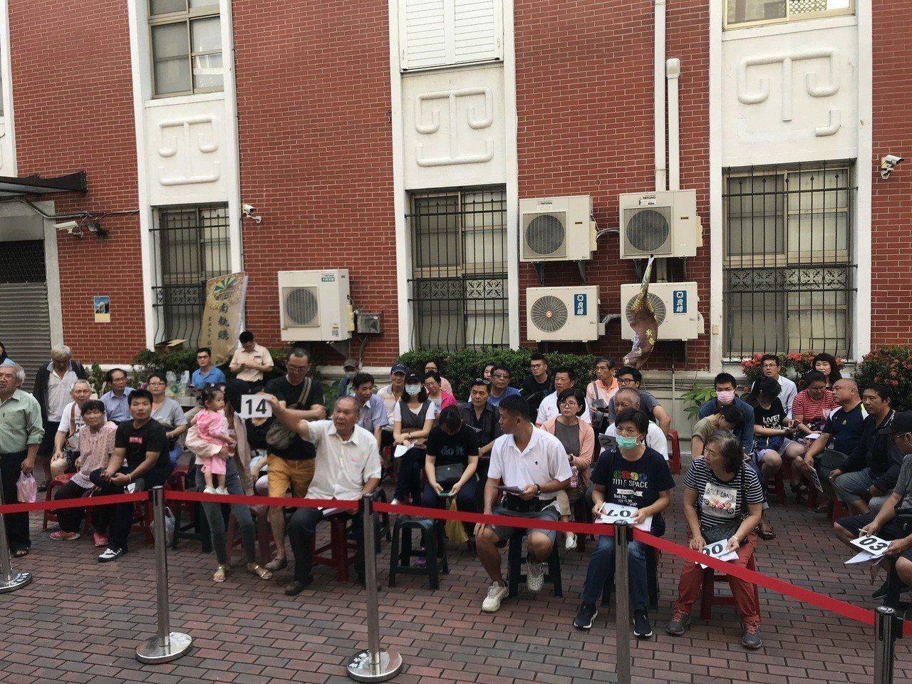 台南分署舉辦鳳凰城法拍會,民眾熱烈應買。圖/台南分署提供