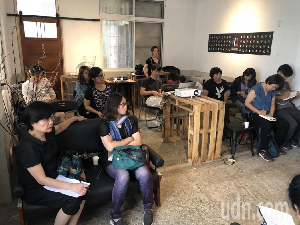 季子弘日前受邀到嘉義市秘密客咖啡館做分享,談「我的民宿,從台灣偏鄉到國際」,吸引...