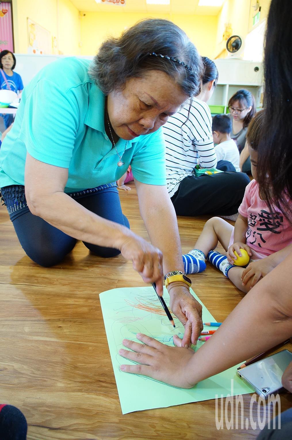 71歲退休老師李慕萍擁有30多年音樂、美術教學經驗,重返職場後也常協助繪畫教學。...