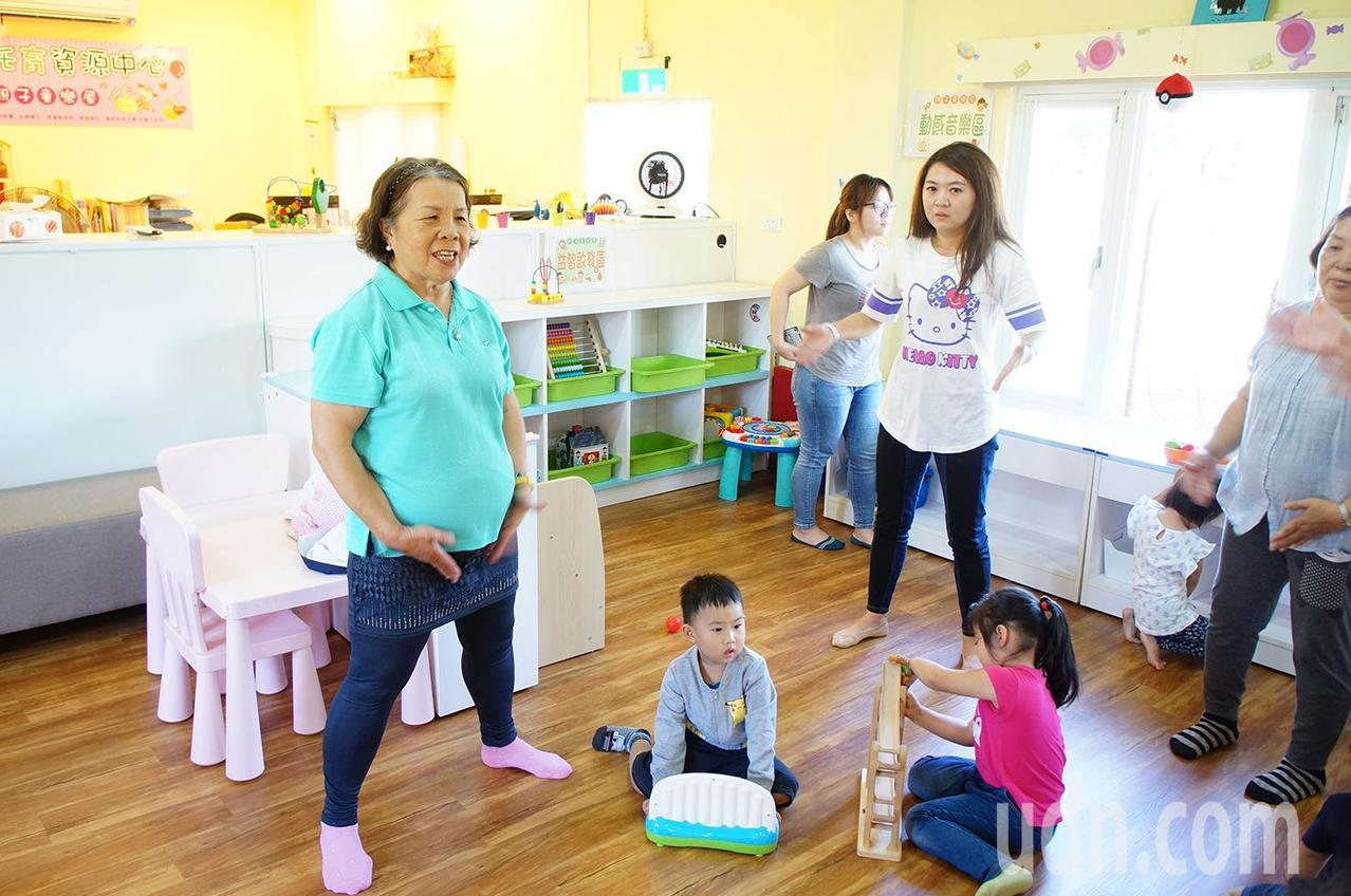 71歲退休老師李慕萍重返職場,以30多年教學經驗及在勞動部南區銀髮中心上課充電的...