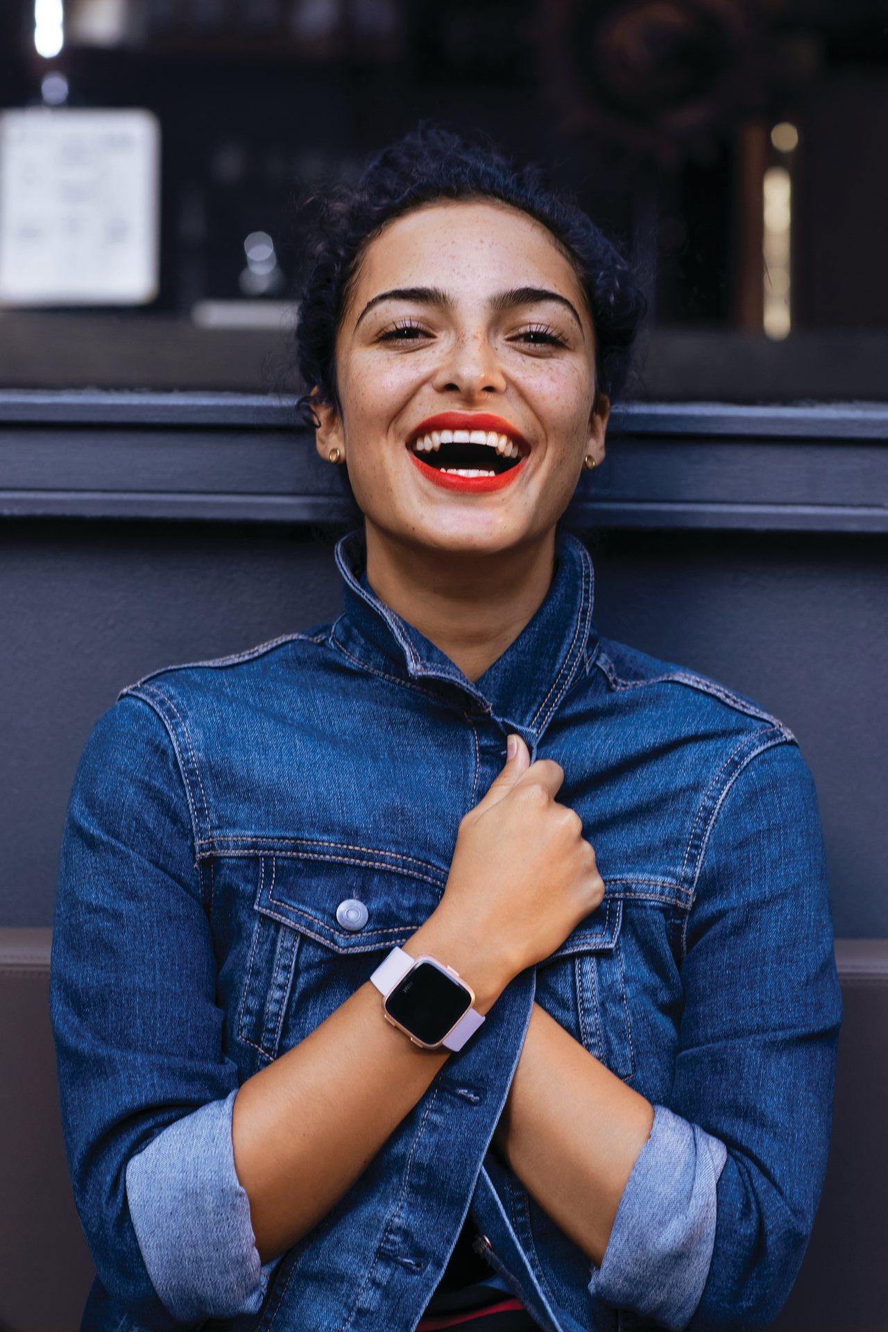 Fitbit最新推出的智慧手表Fitbit Versa全球上市以來已出貨超過10...