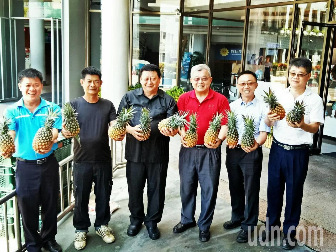 台東縣政府員工認購的6公噸鳳梨,今天起將分3天送到縣府,並分送到每位認購的員工手...