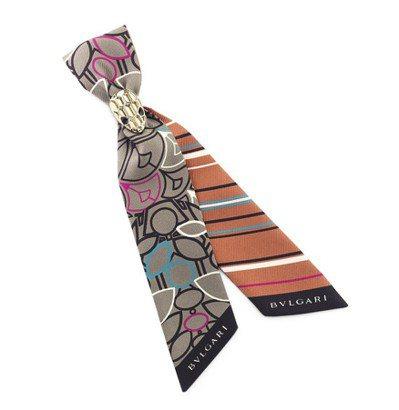 BVLGARI POP SIGNS峽谷琥珀色絲巾,附絲巾扣,14,900元。圖/...