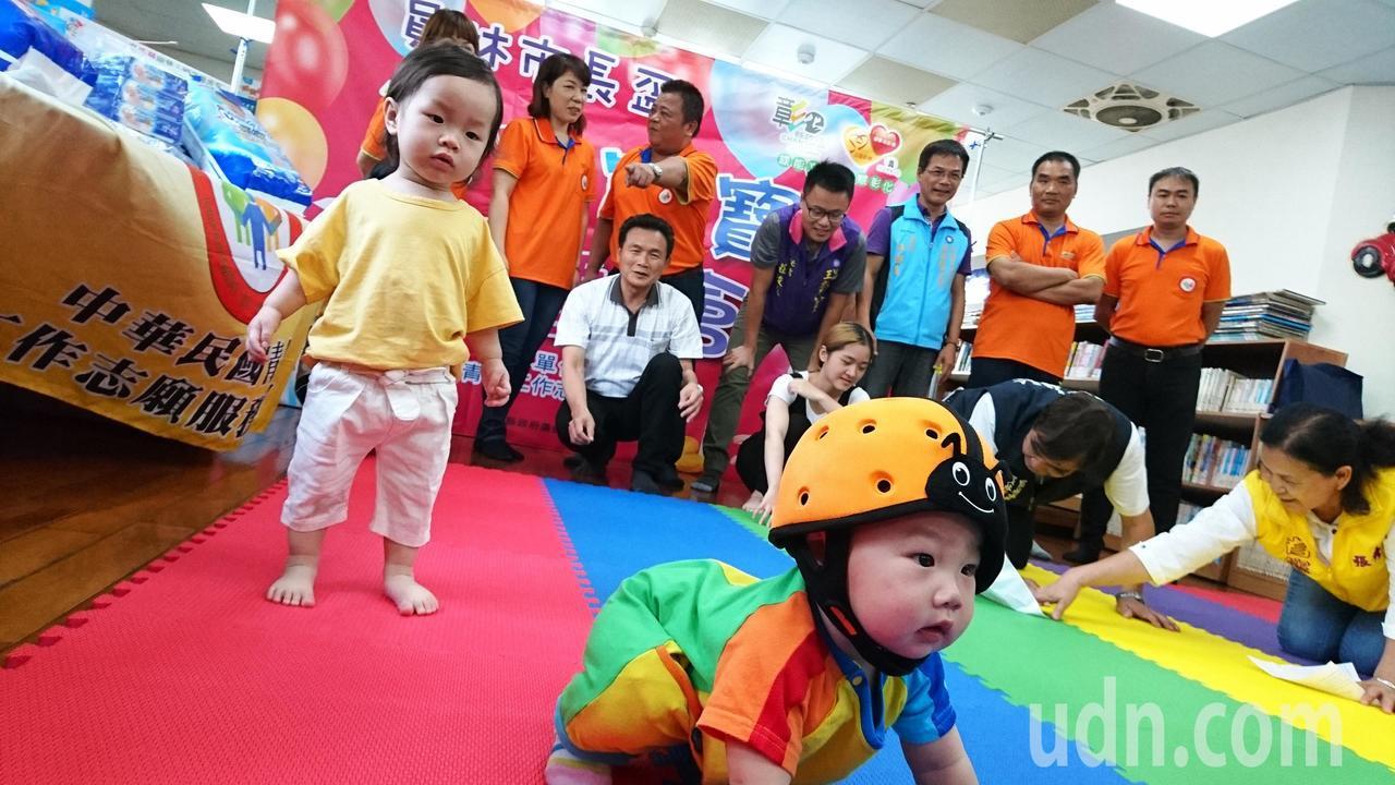妳家有未滿2歲的寶寶嗎?趕快來報名參加寶寶爬行和搬尿布比賽拿大獎。記者何烱榮/攝...