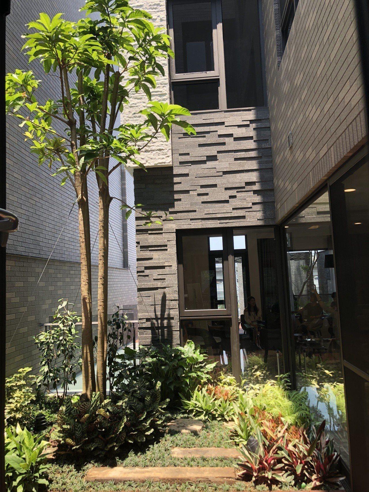 藉由中庭天井花園的規劃,讓採光落下,風動對流,營造一個健康舒適的生活環境。記者宋...