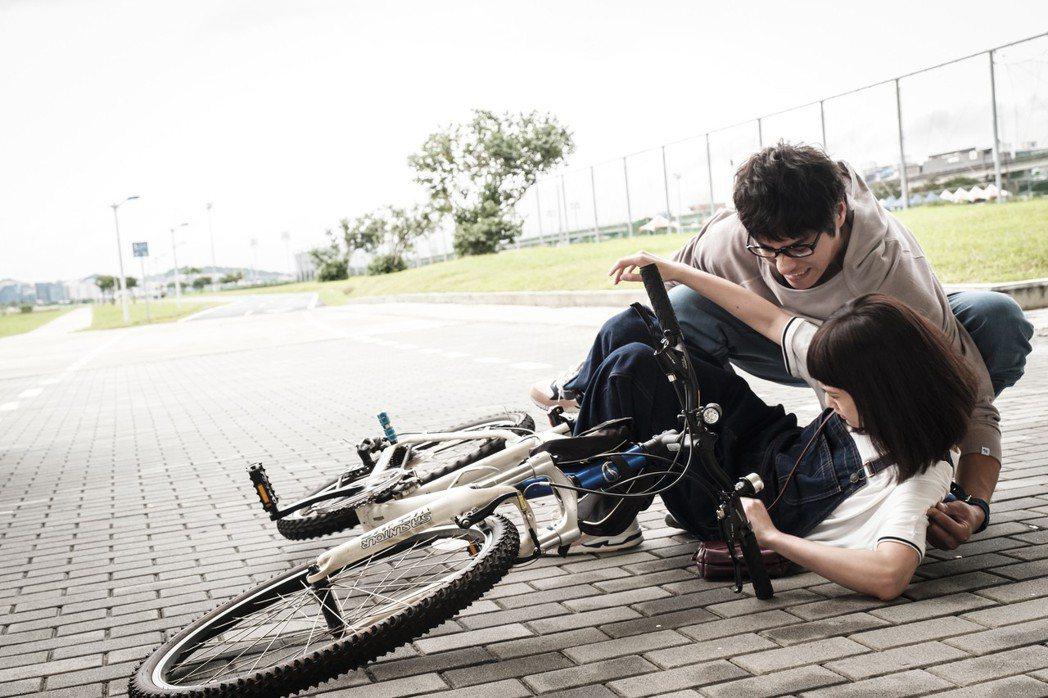 藍正龍(後)見楊丞琳騎車摔倒,竟父愛噴發想到自己女兒。圖/八大提供