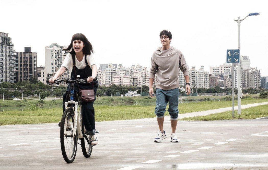 藍正龍(右)在「前男友不是人」中教楊丞琳騎腳踏車。圖/八大提供