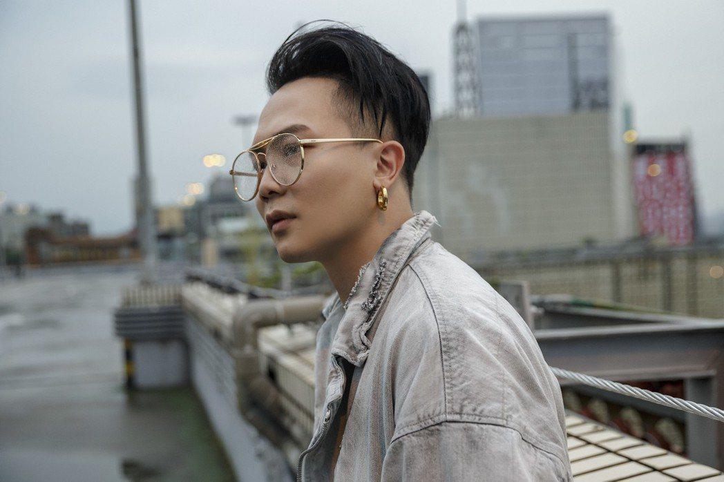 蕭秉治暌違近4年,8日即將發行全新創作專輯「凡人Mortal」。圖/相信音樂提供