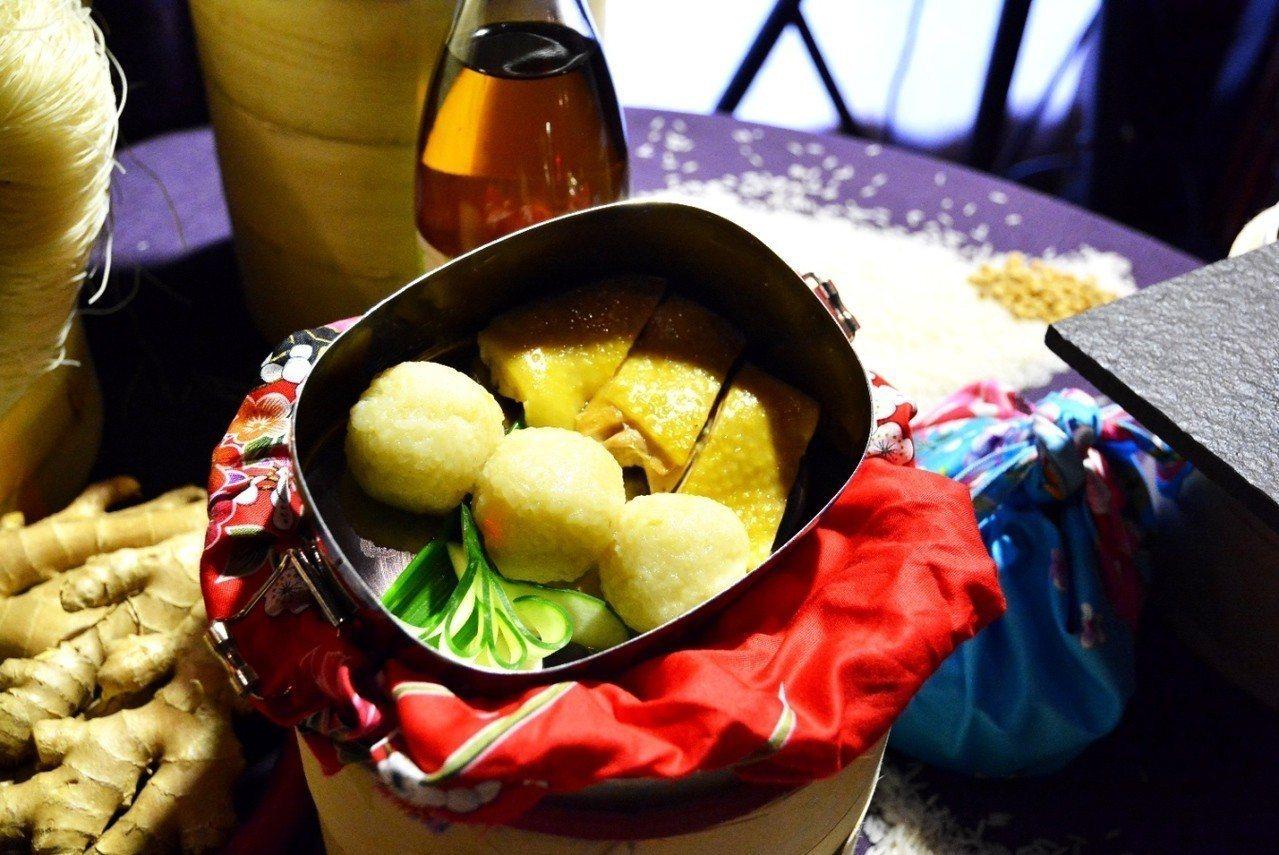 「興海南雞飯糰」將海南雞飯捏得緊實,入口感受米粒彈性與拌過雞油的米飯在口中散開的...