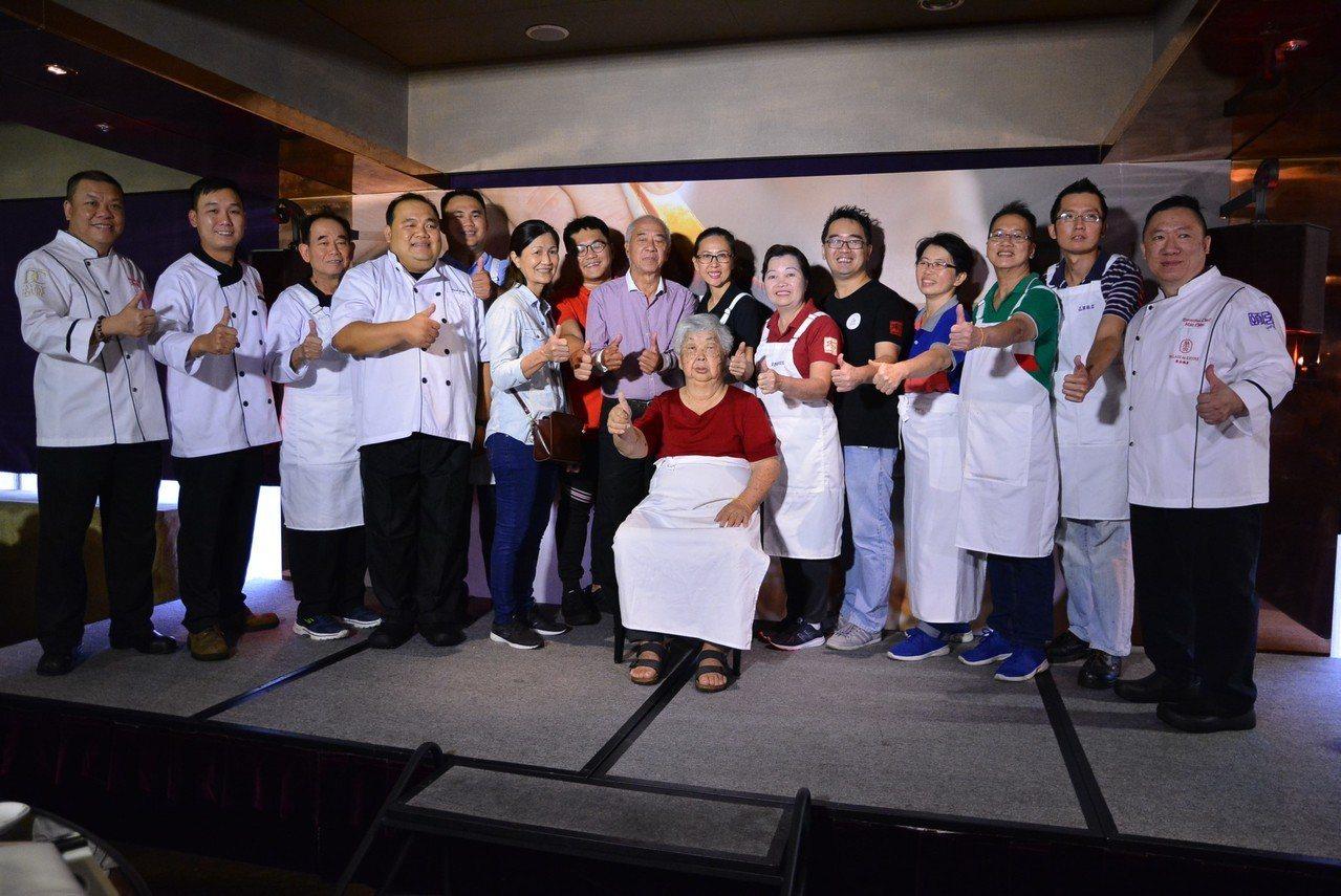 馬來西亞七家人氣店餐廳老闆,與君品酒店主廚合影。君品酒店/提供