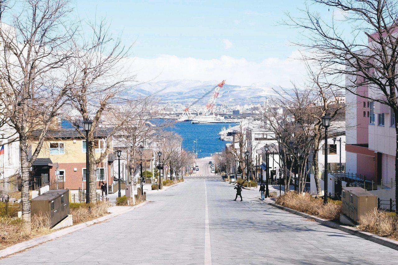 八幡坂是許多日劇及廣告拍攝地。 記者黃仕揚/攝影