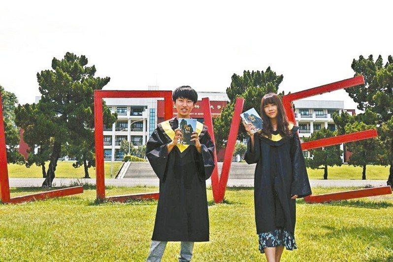 埔里青年潘明宏(左)集結大學遊山訪水紀錄,出版《青春,在山水之間精彩》。 圖/潘明宏提供