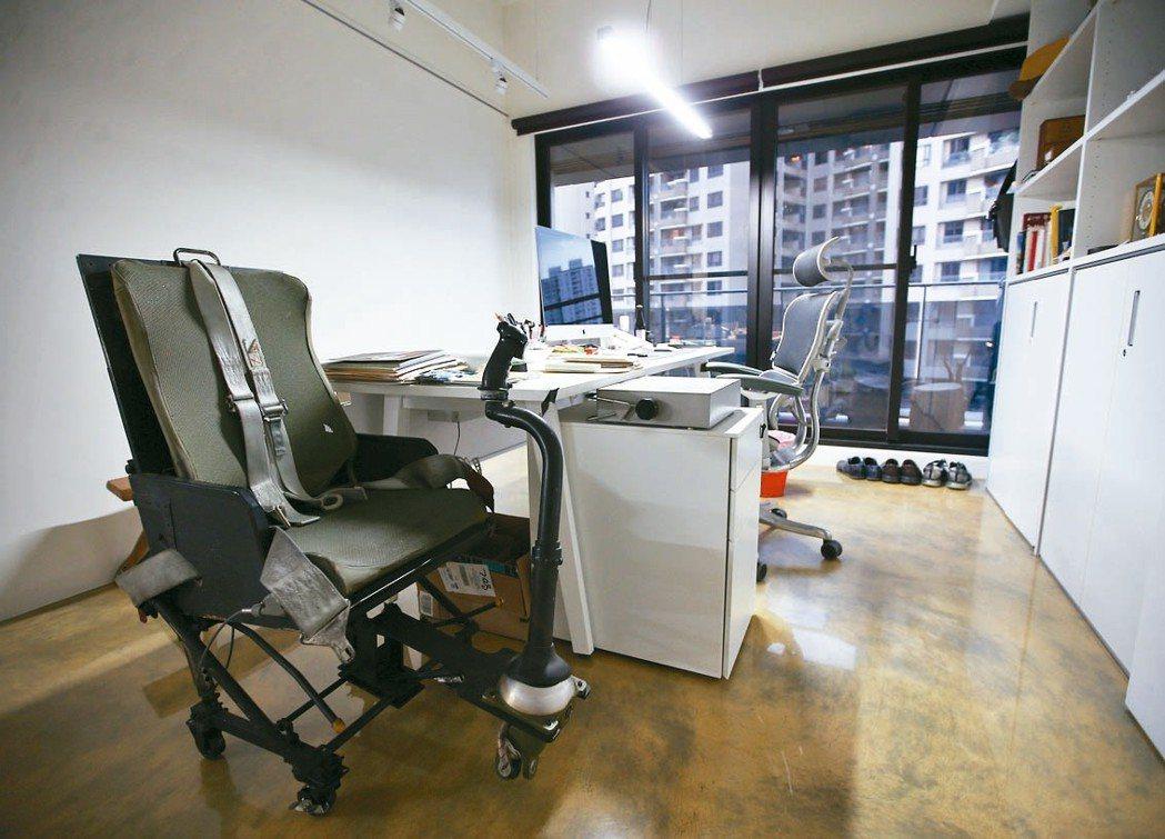 齊柏林的辦公室放著一個直升機報廢的駕駛座,由此可見他對飛行的熱愛。 記者杜建重/...