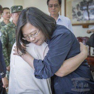蔡英文總統前往花蓮,探視殉職飛官吳彥霆的家屬。 圖/總統府提供