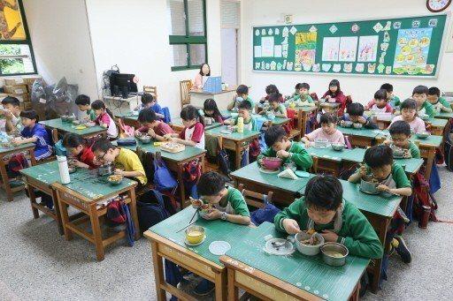 現行營養師聘用規定要班級數四十班以上,而且要有自設廚房。 記者林伯東/攝影