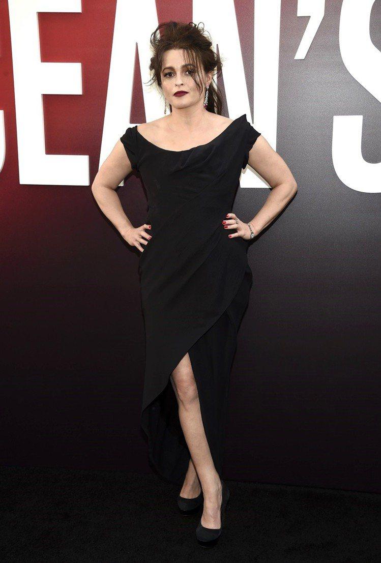 海倫娜寶漢卡特穿著Vivienne Westwood的黑色禮服搭配卡地亞的長型垂...