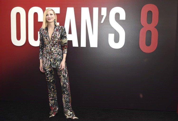 凱特布蘭琪穿閃亮的Missoni西裝,配上美國設計師Rachel Comey的巨...